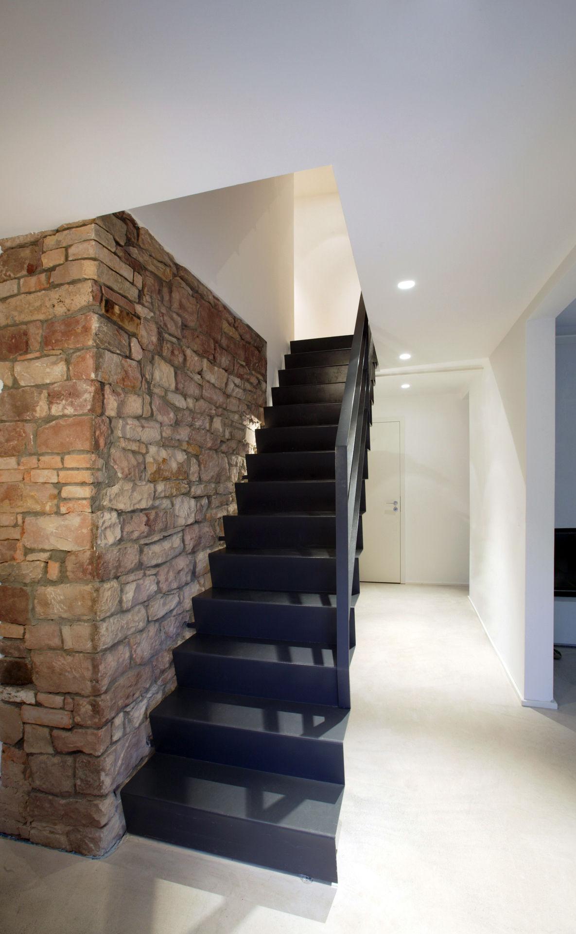 moderne treppe vor freigelegtem mauerwerk. Black Bedroom Furniture Sets. Home Design Ideas