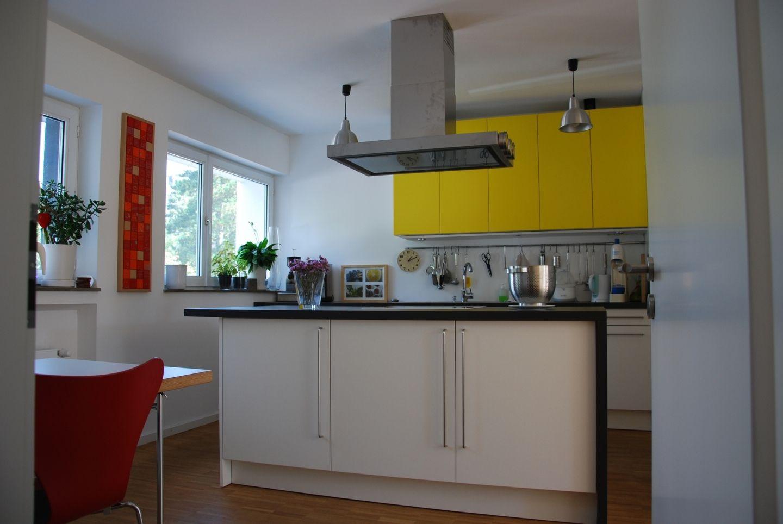 k che mit farbigen akzenten. Black Bedroom Furniture Sets. Home Design Ideas