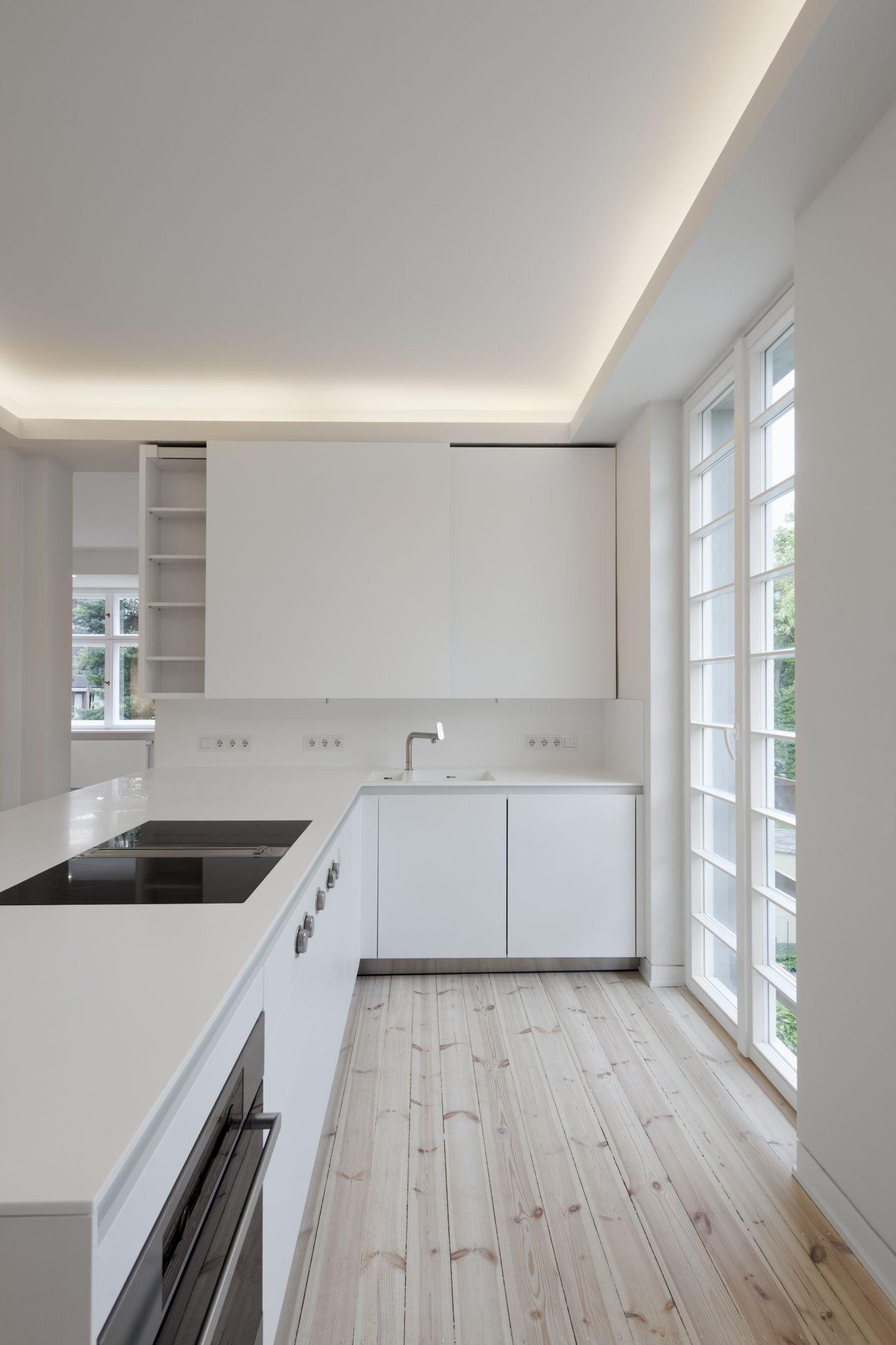 wei e k che mit dielenboden. Black Bedroom Furniture Sets. Home Design Ideas