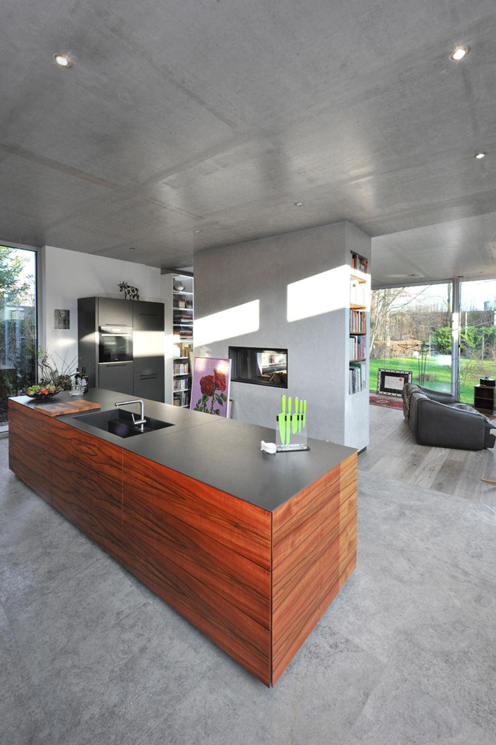 kamin als raumteiler zwischen k che und wohnbereich. Black Bedroom Furniture Sets. Home Design Ideas