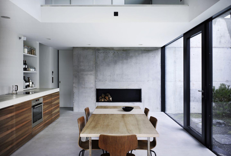 k che mit offener galerie und kamin. Black Bedroom Furniture Sets. Home Design Ideas