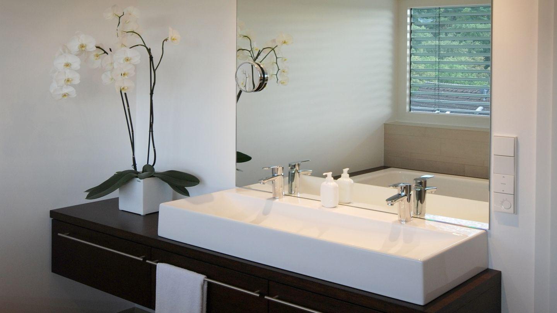 badezimmer im bauhausstil. Black Bedroom Furniture Sets. Home Design Ideas