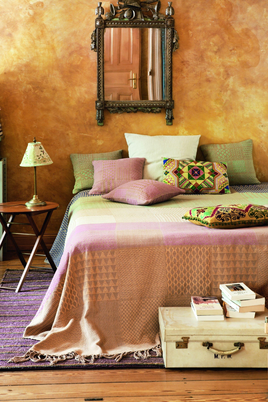 mediterranes schlafzimmer mit goldener wand bauemotionde