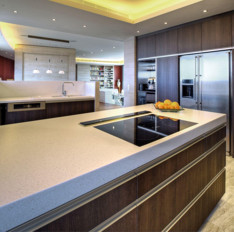 gro er k chenbereich in offener wohnumgebung. Black Bedroom Furniture Sets. Home Design Ideas