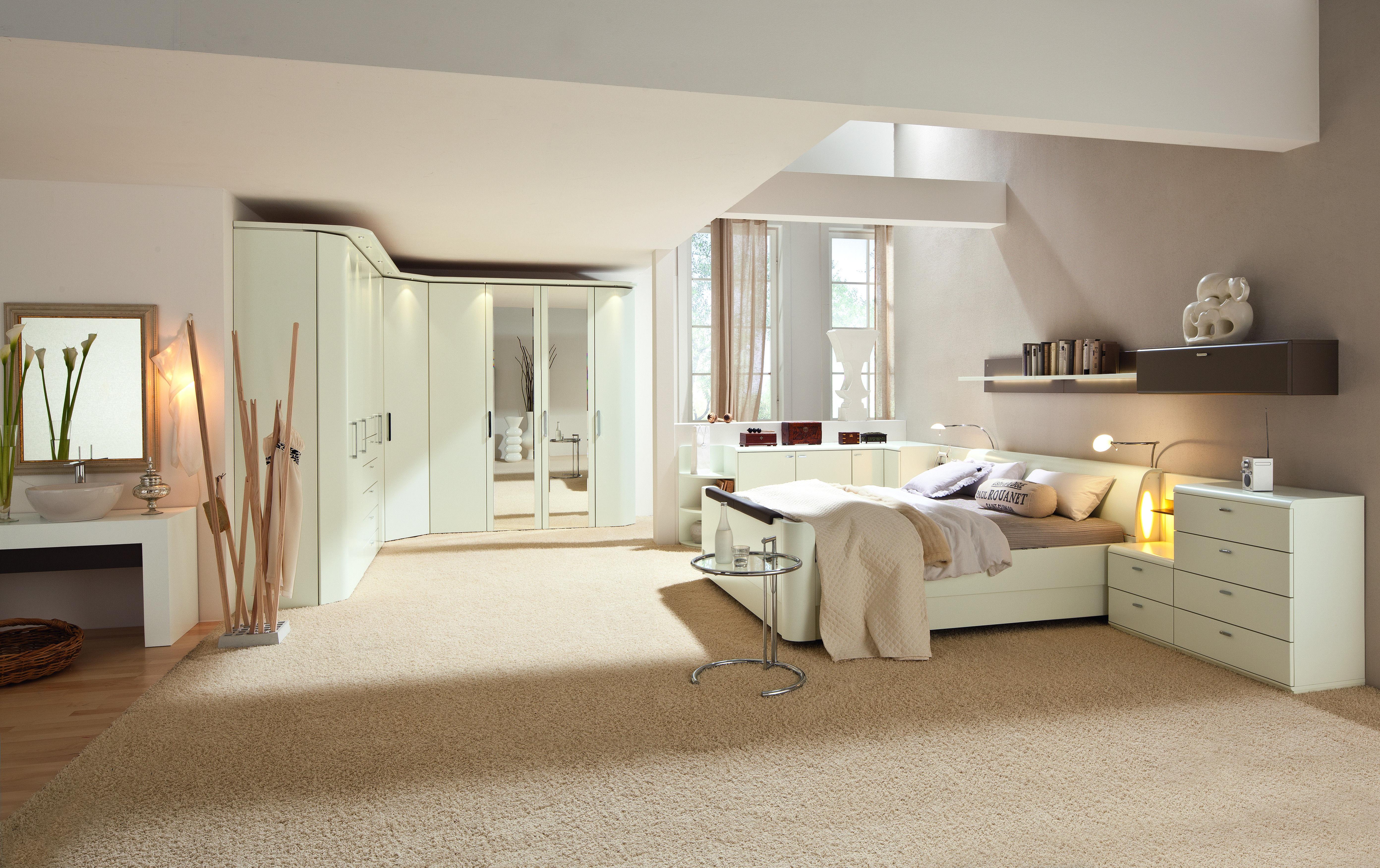 schlafzimmer mit durchbrochener decke. Black Bedroom Furniture Sets. Home Design Ideas