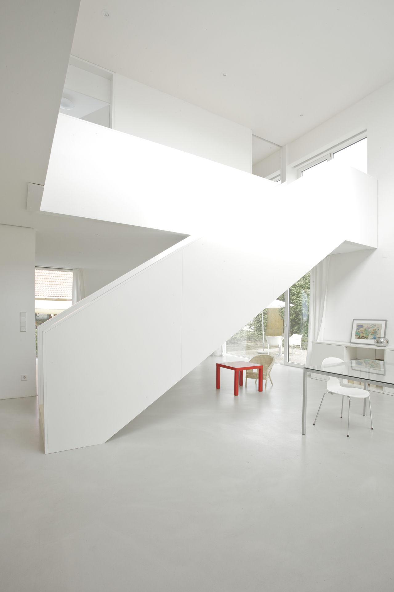 geschlossene treppe als raumteiler. Black Bedroom Furniture Sets. Home Design Ideas