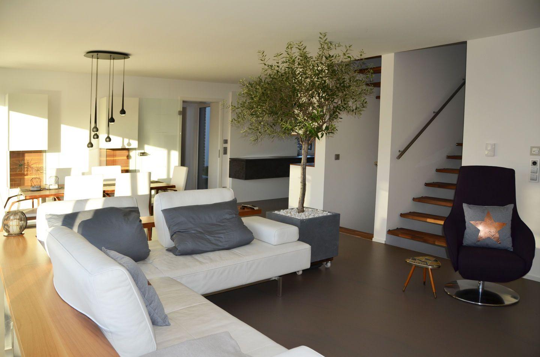 offenes wohnzimmer auf der zwischenebene. Black Bedroom Furniture Sets. Home Design Ideas