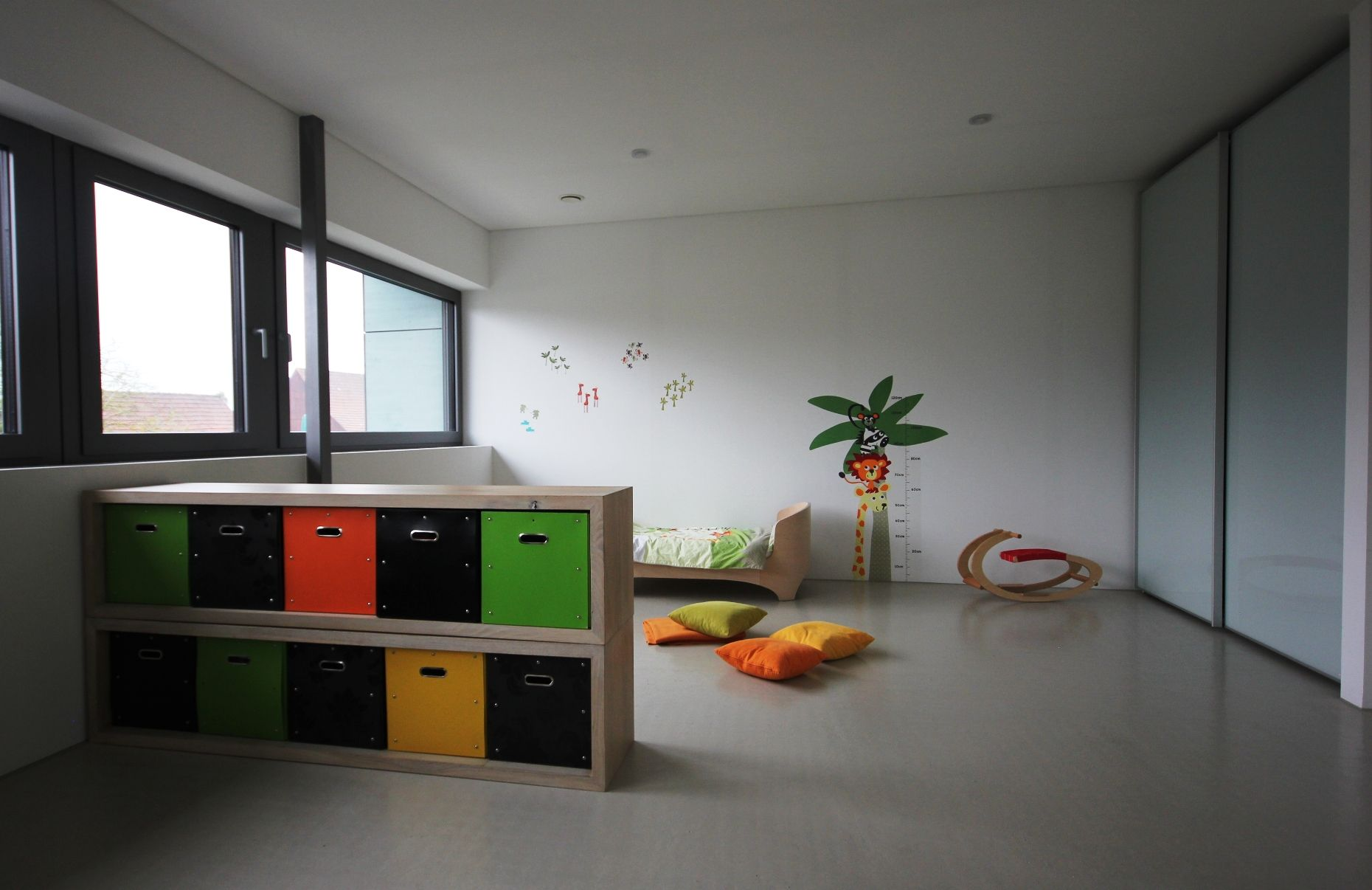 gro z giges kinderzimmer mit raumtrenner. Black Bedroom Furniture Sets. Home Design Ideas